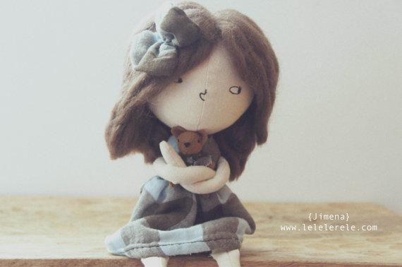 Muñequita Jimena con un mini osito y vestido azul