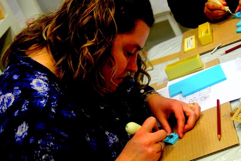 Xènia Crafts a Anuska Cardedeu Taller de carvat de segells-003