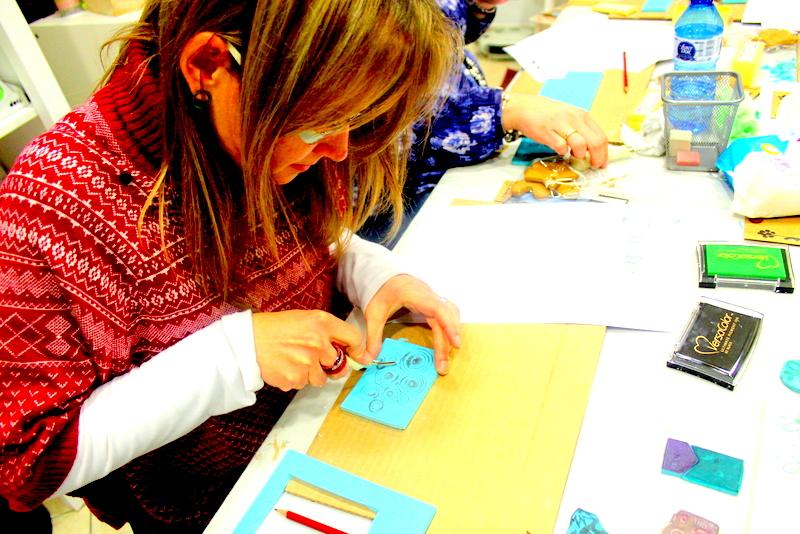 Xènia Crafts a Anuska Cardedeu Taller de carvat de segells-010