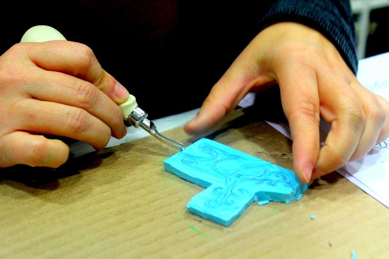 Xènia Crafts a Anuska Cardedeu Taller de carvat de segells-025